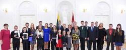 Prezidentūroje pasveikinti Konstitucijos egzamino nugalėtojai