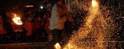 Eglutė įžiebta ugnies šokio apsuptyje (GALERIJA)