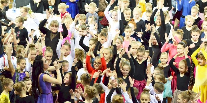 Prienų arenoje kartu su keliais šimtais vaikų šoko ir tėveliai (GALERIJA)