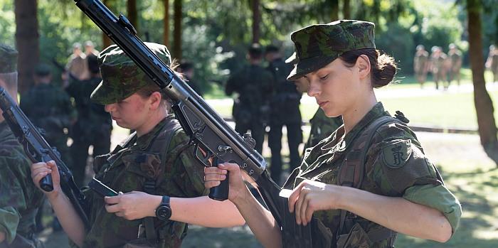 Bazinių kario savanorio įgūdžių kurse – neįprastai daug merginų