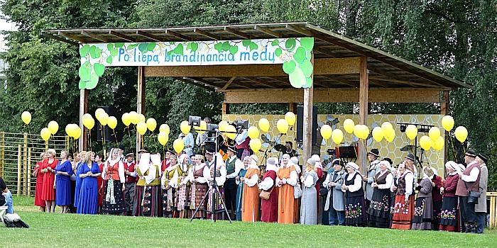 Stakliškių šventėje susijungė kultūriniai apdarai