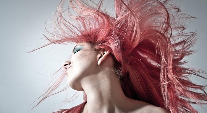 Kaip išsaugoti dažytų plaukų spalvą: 5 patarimai, padėsiantys sustabdyti spalvos blukimą