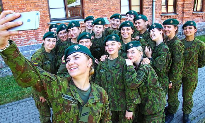 Inžinerijos batalione nėra merginų, yra tik karių ilgais plaukais