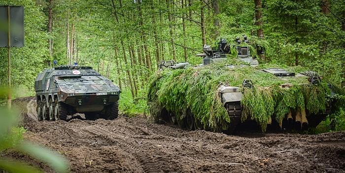 """Pasiruošimas atremti priešo puolimą nedelsiant ir bet kur: pratybų """"Geležinis Vilkas"""" metu apie tūkstantis karinės technikos vienetų  judės per Lietuvą ir užims gynybos pozicijas"""