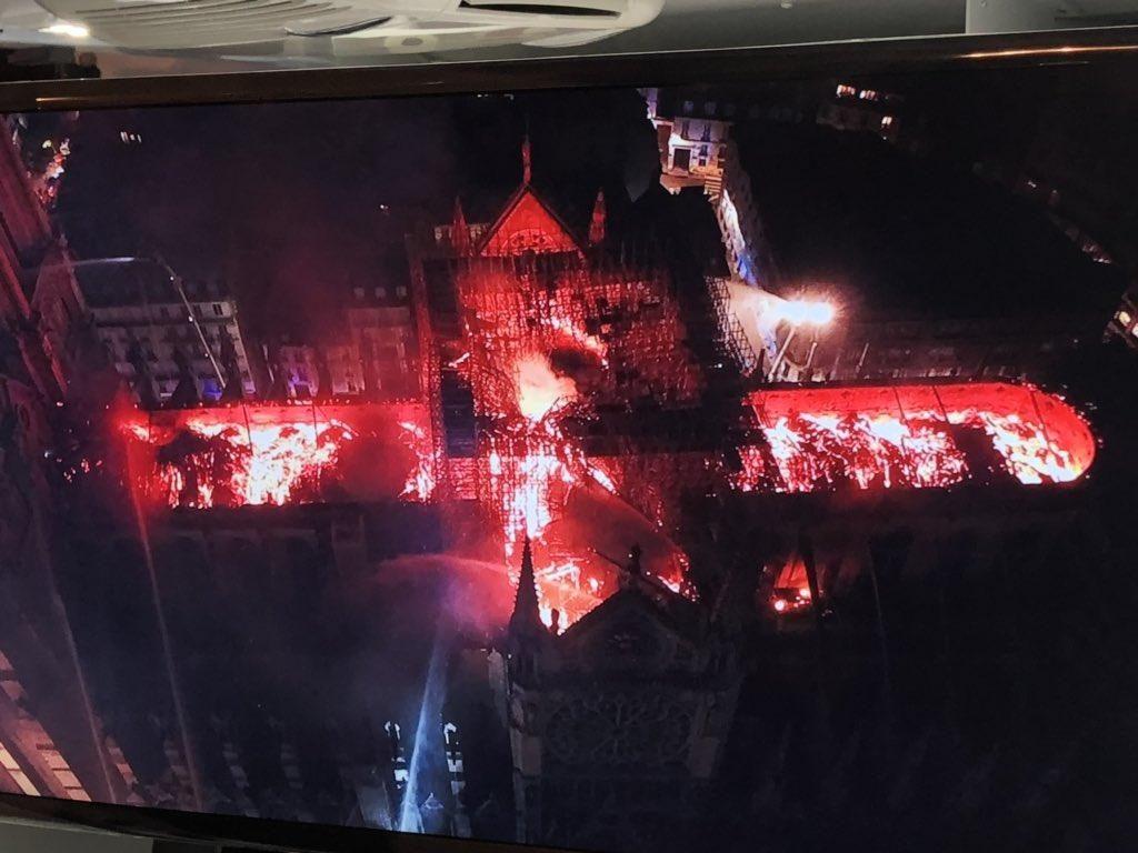Milžiniškas gaisras nuniokojo Paryžiaus Dievo motinos katedrą