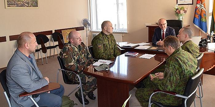 Meras su KASP ir šaulių atstovais aptarė Prienuose gegužės 4–5 dienomis planuojamų karinių pratybų klausimus
